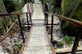 żelazne schody w skalnym miasteczku
