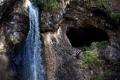 zbliżenie na wodospad Oselu i grotę