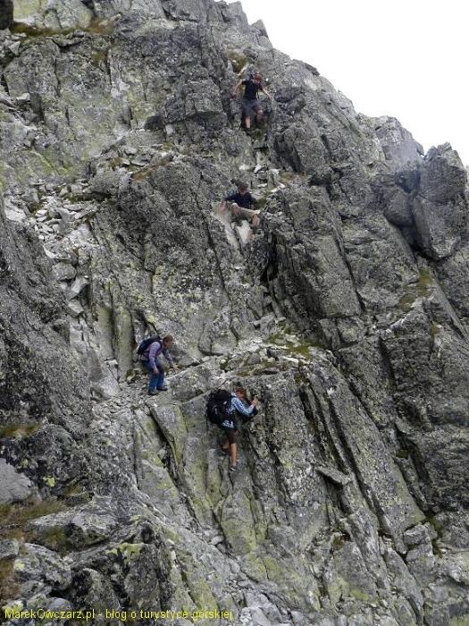 wspinaczka na szczyt przez skalne żebra i kolejne zleby