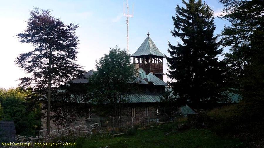 schronisku na Szyndzielni z charakterystyczną wieżą