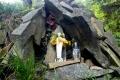 kapliczka na skałach przy jaskini