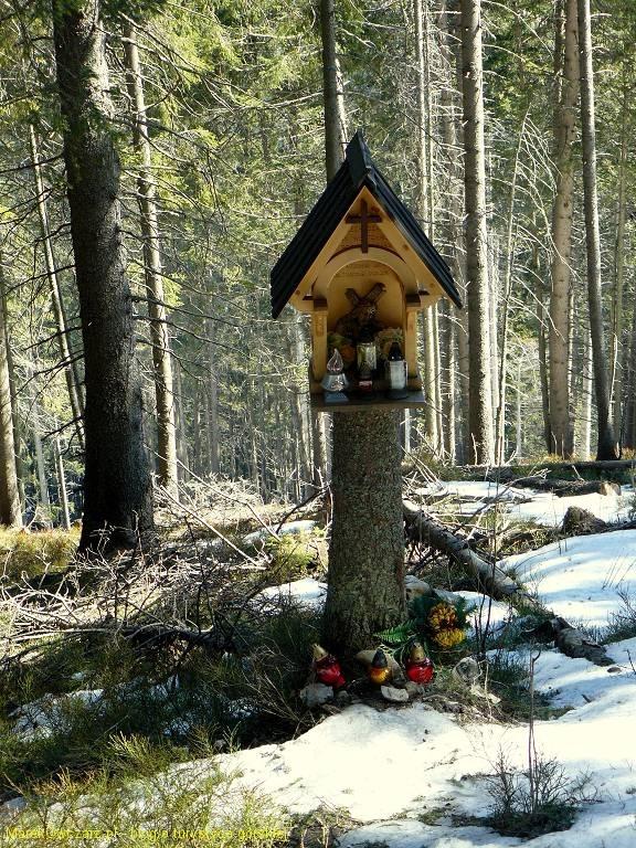 krzyż przy szlaku na Grzesia