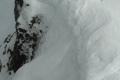 śnieżne nawisy na szczycie