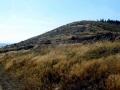 droga którą biegnie czerwony szlak poniżej masywu Czarnej Góry