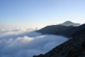 chmury otaczają góry