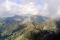 Szpiglasowa przełęcz a za nią Orla Perć w chmurach