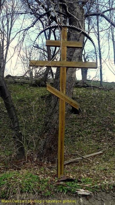 krzyż prawosławny przy ruinach cerkwi