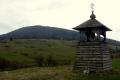 dzwonnica z Jaworzyną Konieczniańską w tle
