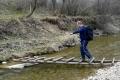 Arash pokonuje prowizoryczną kładkę na potoku Mochnaczka