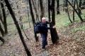 podejście na Lackową tak strome, że Arash trzyma się drzew..