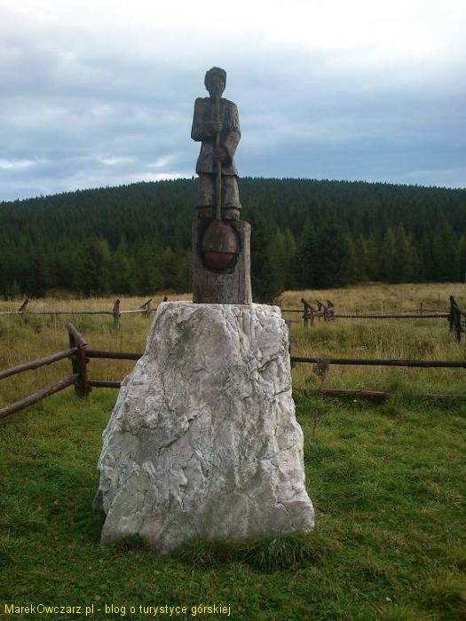 posąg przy schronisku Orle