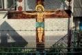 przydrożny krzyż w wiosce