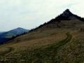 Czarny Kamień widziany z przełęczy w Płoskiej