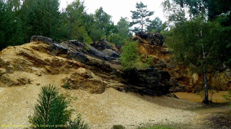 kolorowe skały przy jeziorku