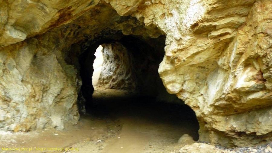 tunel skalny do Żółtego stawu
