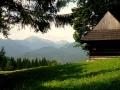 chaty na polanie z widokiem na Małą Fatrę