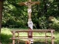 krzyż wśród chat na polanie