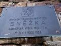 tabliczka na starym obelisku