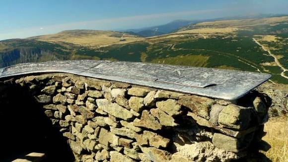panorama ze Śnieżki w stronę zachodnią, na murku tablica z opisami widocznych szczytów