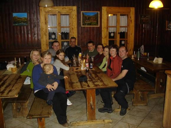 ekipa Gorlickiej Grupy Górskiej wraz z gaździną Anią i jej synkiem Bolkiem oraz gośćmi: Kasią i Darkiem