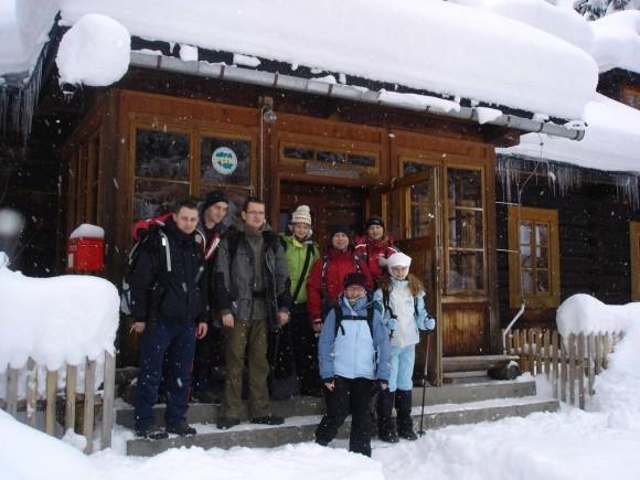 grupowo przy schronisku Roztoka-Łukasz Marcogor,Daniel, Jadzia, Arash,Renata,Amelka i Magda