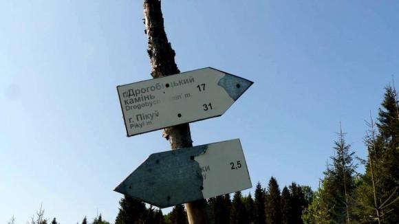 drogowskaz w Diwczy określający kierunek naszego szlaku i długość trasy do Drohobyckiego Kamienia