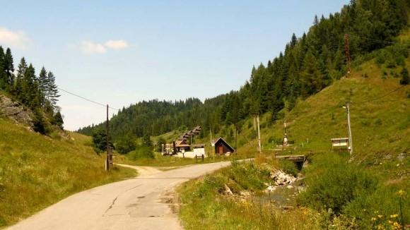 rozdroże na końcu Litmanowej, w prawo do sanktuarium, prosto na przełęcz Rozdziela i do Jaworek