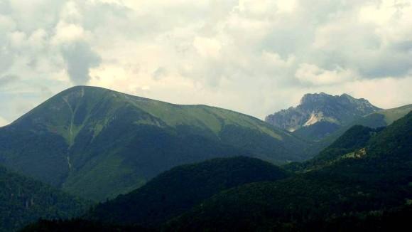 szczyty Stoha i Wielkiego Rozsutca na zbliżeniu z polany Podsip