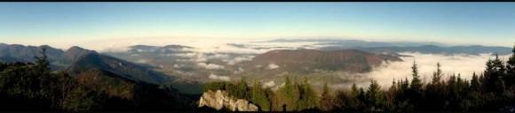 krajobraz Małej Fatry z Terchową w dole i porannymi mgiełkami