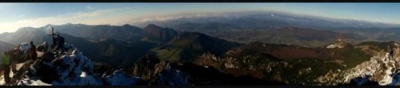 widok z Wielkiego Rozsutca na główny grzbiet Małej Fatry, Dolinę Vratną i Małego  Rozsutca z prawej