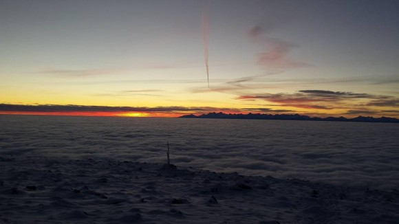 wschód słońca widziany z Babiej Góry i morze chmur