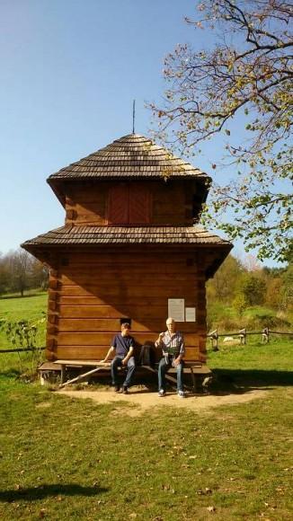 drewniana, zrębowa dzwonnica przy cerkwi w Łopience