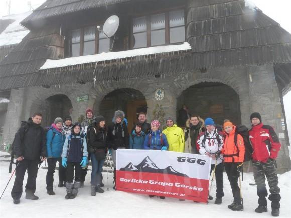 ekipa Gorlickiej Grupy Górskiej przy schronisku