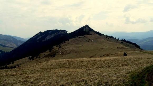 masyw Czarnego Kamienia widziany znad przełęczy w Płaskiej