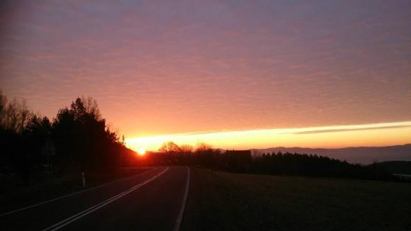 piękny wschód słońca widziany podczas drogi dojazdowej na Wysokiem