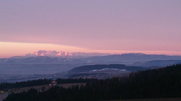 poranny widok na Tatry o wschodzie słońca z drogi dojazdowej