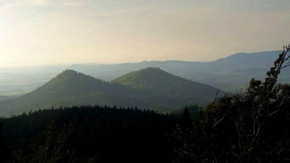 na pierwszym planie Góry Sokole-Sokolec i Krzyżna Góra, czyli popularne cycki Bardotki widziane ze szczytu Lwiej Góry