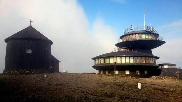 kaplica św.Wawrzyńca i budynek obserwatorium na Śnieżce
