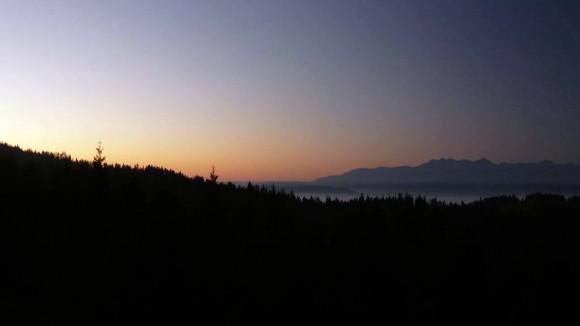 wschód słońca z Lubania i mgiełki nad zalewem Czorsztyńskim u stóp Tatr