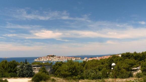 panorama miasta i zatoki Primosten