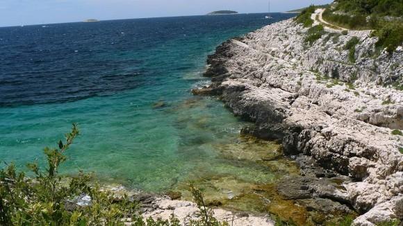 skaliste wybrzeże Adriatyku i wysepki z archipelagu Kornati w tle