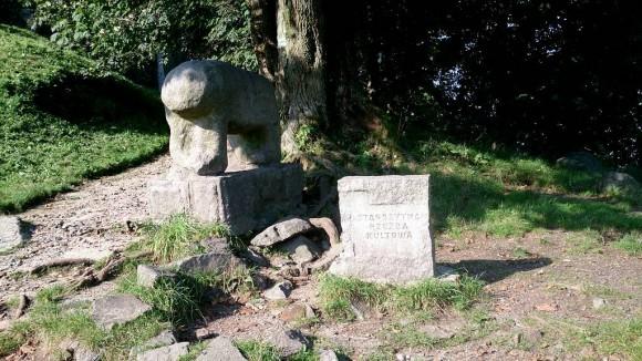 kultowa rzeźba Niedzwiadka na szczycie Ślęży