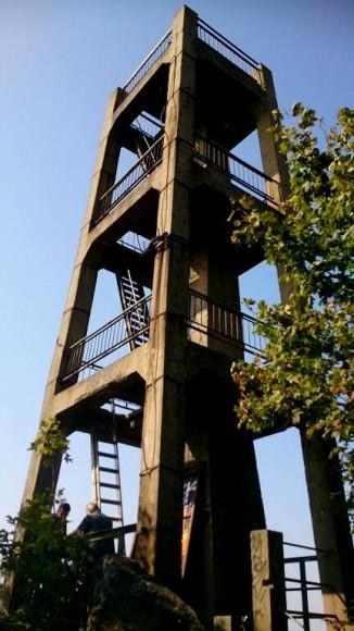 remontowana wieża widokowa na szczycie Ślęży