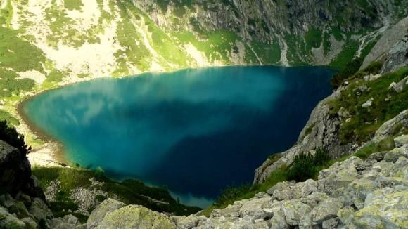 Czarny Staw widziany z zielonego szlaku na przełęcz