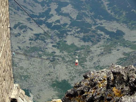 ostatni fragment dojazdu kolejki do górnej stacji na szczycie