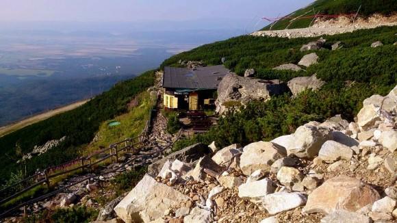 schronisko Łomnickie i skała z kolebą z prawej