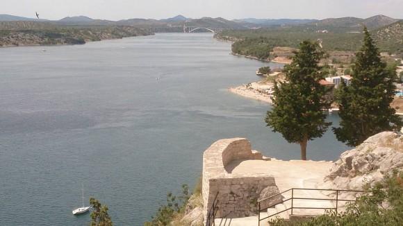widok z Twierdzy św.Michała na zatokę i most na rzece Krka