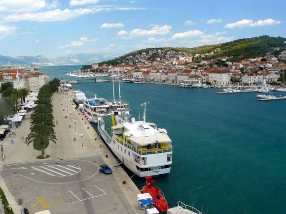 promenada portowa i kanał trogirski wraz z wyspą Ciovo, widok z wieży na Twierdzy