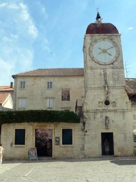 wieża zegarowa na Trgu Ivana Pavla II