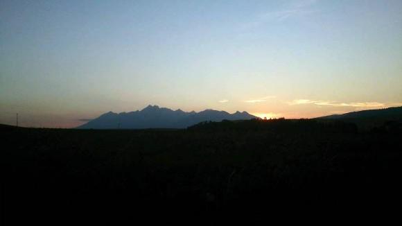zachód słońca nad Tatrami widziany z szosy w Holumnicy